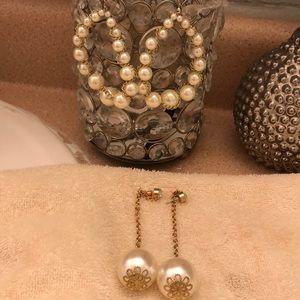 Beautiful pearls earrings.